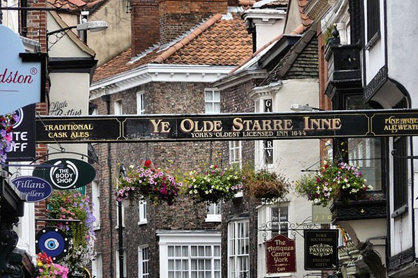 Ye Olde Starre Inn street sign in York